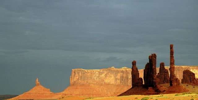 800px-Monument_valley_evening